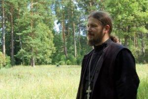 Неизвестные избили и ограбили священника