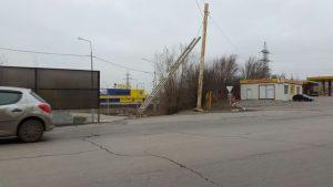 Ураганный ветер в Новочеркасске повредил рекламный щит