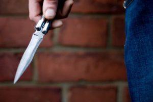 Мужчина ранил ножом в живот двух знакомых