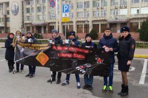 Новочеркасские студенты продемонстрировали перед мэрией социальные плакаты